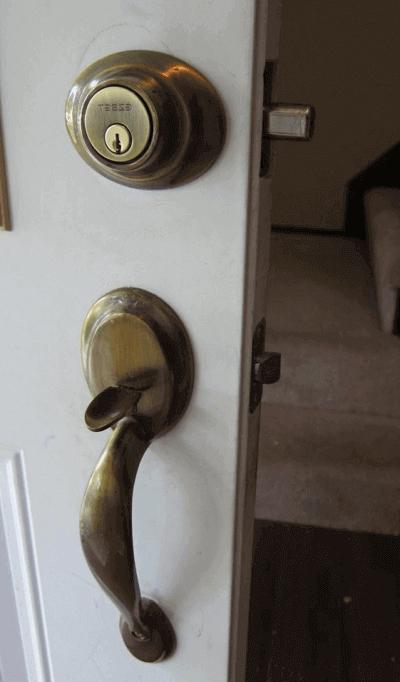 Заключване блиндирана входна врата